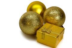 La Navidad y Año Nuevo decoración festiva, bolas del oro Imagen de archivo