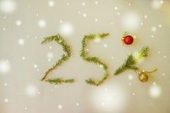 La Navidad y Año Nuevo el 25% del cartel de la venta de la promoción del descuento Foto de archivo libre de regalías