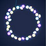 La Navidad y Año Nuevo Garland Light Design en fondo azul Luces del día de fiesta Ilustración del vector Fotos de archivo