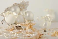 La Navidad y Año Nuevo Juguetes blancos del árbol de navidad en un st marino Fotos de archivo