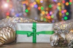 La Navidad y Año Nuevo, regalos con el fondo borroso de guirnaldas Fotos de archivo