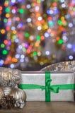 La Navidad y Año Nuevo, regalos con el fondo borroso de guirnaldas Fotografía de archivo libre de regalías
