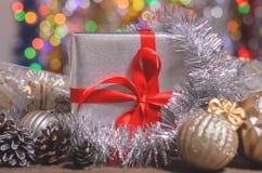 La Navidad y Año Nuevo, regalos con el fondo borroso de guirnaldas Fotos de archivo libres de regalías