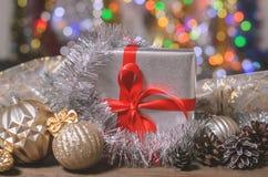 La Navidad y Año Nuevo, regalos con el fondo borroso de guirnaldas Imagen de archivo