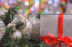 La Navidad y Año Nuevo, regalos con el fondo borroso de guirnaldas Foto de archivo