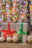 La Navidad y Año Nuevo, regalos con el fondo borroso de guirnaldas cerca para arriba Foto de archivo