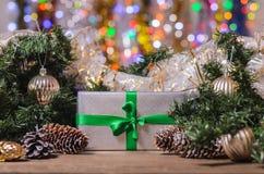 La Navidad y Año Nuevo, regalos con el fondo borroso de guirnaldas cerca para arriba con Fotografía de archivo libre de regalías