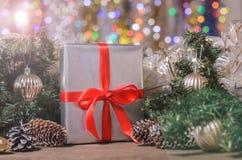 La Navidad y Año Nuevo, regalos con el fondo borroso de guirnaldas, cierre para arriba Foto de archivo libre de regalías