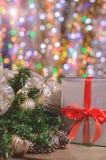 La Navidad y Año Nuevo, regalos con el fondo borroso de guirnaldas, cierre para arriba Fotografía de archivo libre de regalías