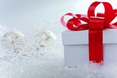 La Navidad y Años Nuevos de día, fondo rojo del blanco de la caja de regalo Imagenes de archivo