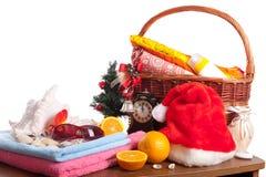 La Navidad y accesorios de la playa con la cesta sobre blanco Imágenes de archivo libres de regalías