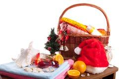La Navidad y accesorios de la playa con la cesta sobre blanco Imagen de archivo libre de regalías