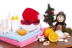 La Navidad y accesorios de la playa en blanco Foto de archivo libre de regalías