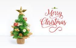 La Navidad y adorna la bola en el sitio blanco del estudio con feliz Chri Foto de archivo libre de regalías
