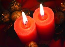 La Navidad y decoración elegante del ` s del Año Nuevo - luz de una vela Fotografía de archivo libre de regalías