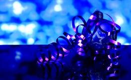 La Navidad y decoraciones azules de la bola del árbol del ` s del Año Nuevo Foto de archivo libre de regalías