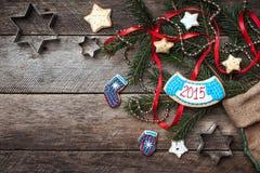 La Navidad y el Año Nuevo 2015 adornaron las galletas en estilo rústico encendido Imágenes de archivo libres de regalías