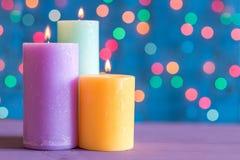 La Navidad y el Año Nuevo colorearon velas ardientes en el bokeh del fondo Foto de archivo