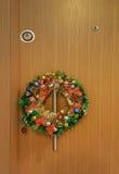 La Navidad y el Año Nuevo enrruellan en una puerta Imagenes de archivo