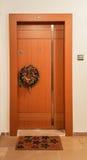 La Navidad y el Año Nuevo enrruellan en una puerta Fotografía de archivo libre de regalías