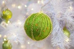 La Navidad y el Año Nuevo ponen verde la bola en el árbol de navidad Nuevo Yea Fotografía de archivo