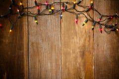 La Navidad y el Año Nuevo se enciende en viejo fondo de madera Foto de archivo