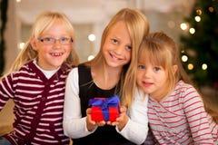 La Navidad y familia - muchachas con los presentes Foto de archivo libre de regalías