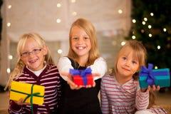 La Navidad y familia - muchachas con los presentes Imágenes de archivo libres de regalías
