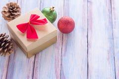 La Navidad y la Feliz Año Nuevo broncean la caja de regalo y la cinta roja con Imagen de archivo