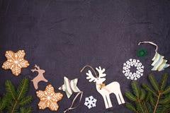 La Navidad y frontera o marco del Año Nuevo en fondo negro Concepto de las vacaciones de invierno Imagen de archivo libre de regalías