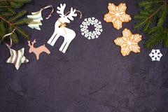 La Navidad y frontera o marco del Año Nuevo en fondo negro Concepto de las vacaciones de invierno Foto de archivo libre de regalías