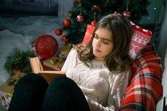 La Navidad y magia que esperan de la muchacha para Foto de archivo