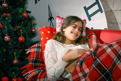 La Navidad y magia que esperan de la muchacha para Imagen de archivo libre de regalías