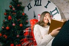 La Navidad y magia que esperan de la muchacha para Fotos de archivo libres de regalías