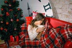 La Navidad y magia que esperan de la muchacha para Fotografía de archivo