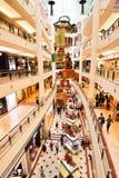 La Navidad y muchedumbre de las compras del Año Nuevo Imagen de archivo libre de regalías