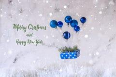 La Navidad y postal del Año Nuevo con el balón de aire del juguete, levitación Fotografía de archivo