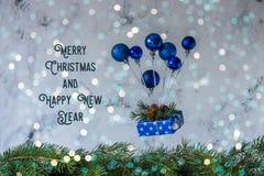 La Navidad y postal del Año Nuevo con el balón de aire del juguete, levitación Foto de archivo libre de regalías