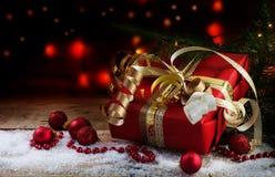 La Navidad y regalo del Año Nuevo en papel rojo, cintas de oro y bau Imágenes de archivo libres de regalías