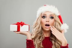 La Navidad y retrato del Año Nuevo del modelo alegre de la Navidad Foto de archivo