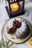 La Navidad y la torta del Año Nuevo con las bayas y la linterna detrás fotografía de archivo libre de regalías