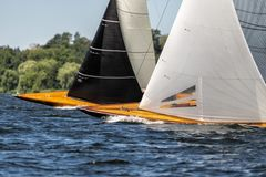 La navigation classique fait de la navigation de plaisance sur un lac dans une régate photos stock