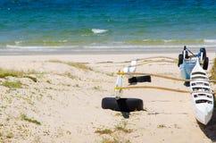 La navigation de tangon Canoes sur la plage près de l'eau bleue d'océan à l'Australie photo stock