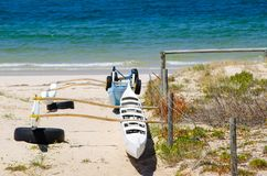La navigation de tangon Canoes sur la plage près de l'eau bleue d'océan à l'Australie photos libres de droits