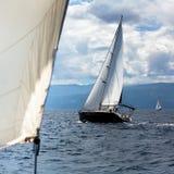 La navigation fait de la navigation de plaisance les participants à la régate en mer Égée luxe Photographie stock
