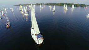 La navigation fait de la navigation de plaisance le flottement en mer calme, luxe, activités en plein air banque de vidéos