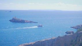 La navigazione della barca nel porto vicino al porto di Ibiza Visualizzazione dalla vecchia città Dalt Vila alla porta a Ibiza, S stock footage