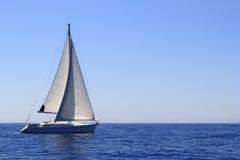 La navigazione della barca a vela naviga il Mediterraneo blu Fotografia Stock Libera da Diritti
