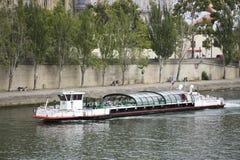 La navigazione di crociere del fiume porta a viaggiatori i passeggeri città di Parigi di giro alla riva del fiume della Senna Fotografia Stock Libera da Diritti