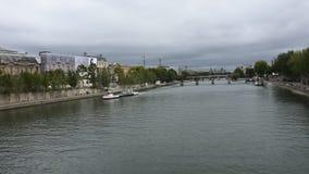 La navigazione di crociere del fiume porta a viaggiatori i passeggeri giro ed esaminare la vecchia città di Parigi della città la archivi video